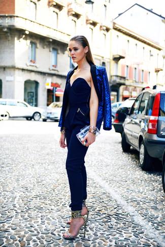 Cómo combinar: blazer de leopardo azul, mono azul marino, sandalias de tacón de cuero con print de serpiente grises, cartera sobre transparente