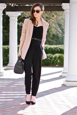 Look de moda: Blazer en beige, Mono negro, Zapatos de tacón de ante negros, Cartera de cuero negra