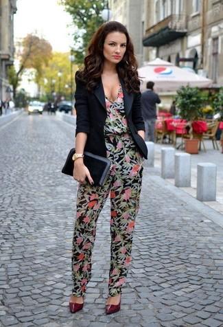 Cómo combinar: blazer negro, mono con print de flores negro, zapatos de tacón de cuero burdeos, cartera sobre de cuero negra