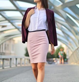 Cómo combinar una falda lápiz rosada: Intenta ponerse un blazer morado oscuro y una falda lápiz rosada para un almuerzo en domingo con amigos.