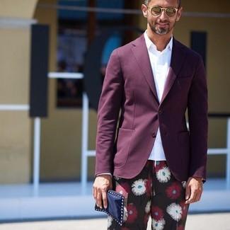 Cómo combinar un blazer morado oscuro: Intenta combinar un blazer morado oscuro con un pantalón chino con print de flores negro para el after office.