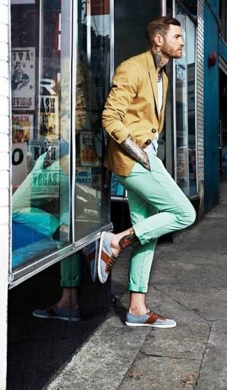 Cómo combinar: blazer mostaza, camiseta con cuello circular blanca, pantalón chino en verde menta, zapatillas plimsoll grises