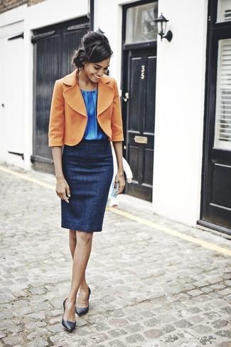 Cómo combinar: blazer de lana naranja, blusa sin mangas azul, falda lápiz azul marino, zapatos de tacón de cuero negros
