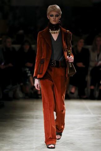 Cómo combinar: blazer de pana naranja, jersey de pico en gris oscuro, pantalones anchos de pana naranjas, sandalias de tacón de cuero tejidas negras