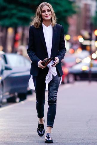 Cómo combinar: blazer negro, blusa de botones blanca, pantalones pitillo de cuero negros, mocasín con borlas de cuero negro