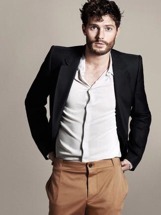 Look de Jamie Dornan: Blazer Negro, Camisa de Manga Larga Blanca, Pantalón de Vestir en Tabaco