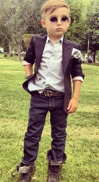 Cómo combinar: blazer negro, camisa de manga larga blanca, vaqueros azul marino, botas en marrón oscuro
