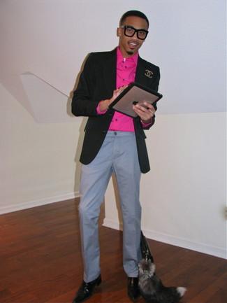 Cómo combinar: blazer negro, camisa de manga larga rosa, pantalón chino gris, zapatos oxford de cuero en marrón oscuro