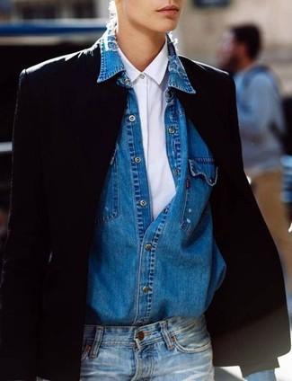 Cómo combinar: blazer negro, camisa de vestir blanca, camisa vaquera azul, vaqueros azules