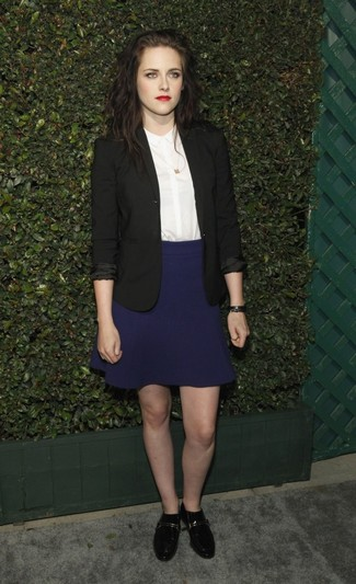 Cómo combinar: blazer negro, camisa de vestir blanca, falda skater azul marino, mocasín de cuero negros