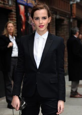 Cómo combinar: blazer negro, camisa de vestir blanca, pantalón de vestir negro, cartera sobre en gris oscuro