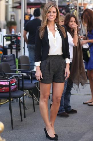 Cómo combinar: blazer negro, camisa de vestir de seda blanca, pantalones cortos de lana negros, zapatos con cuña de ante negros