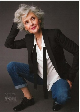Cómo combinar: blazer negro, camisa de vestir blanca, vaqueros azul marino, zapatos oxford de cuero negros