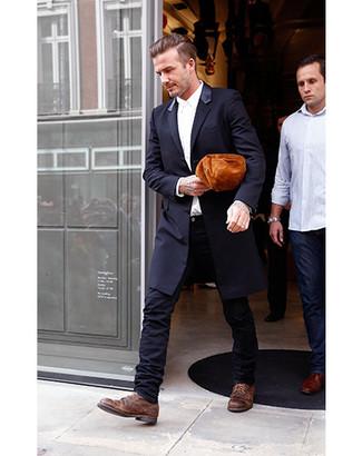 Cómo combinar unos zapatos derby de cuero marrónes: Considera emparejar un blazer negro junto a unos vaqueros pitillo negros para conseguir una apariencia relajada pero elegante. Complementa tu atuendo con zapatos derby de cuero marrónes para mostrar tu inteligencia sartorial.