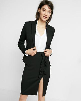 Cómo combinar: blazer negro, camisa de vestir de seda blanca, falda lápiz con recorte negra