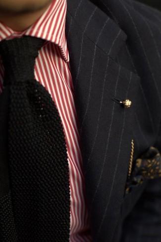 Cómo combinar: blazer de rayas verticales negro, camisa de vestir de rayas verticales en blanco y rojo, corbata de punto negra, pañuelo de bolsillo con print de flores negro