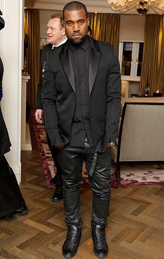 Look de Kanye West: Blazer de Seda Negro, Camisa de Vestir Negra, Vaqueros de Cuero Negros, Zapatillas Altas de Cuero Negras
