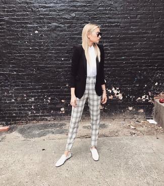 Para seguir las tendencias usa un blazer negro y un pantalón de pinzas de tartán en blanco y negro. Mocasín son una opción perfecta para complementar tu atuendo.