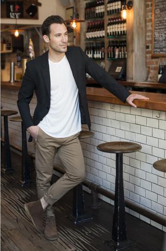 Considera ponerse un blazer negro y un pantalón chino marrón claro para un lindo look para el trabajo. Botas safari de ante en marrón oscuro son una opción muy buena para completar este atuendo.