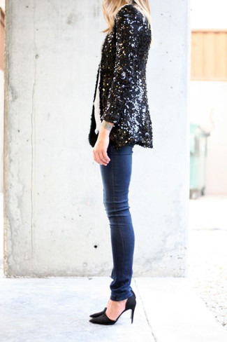 Cómo combinar: blazer de lentejuelas negro, camiseta con cuello circular blanca, vaqueros pitillo azul marino, zapatos de tacón de ante negros