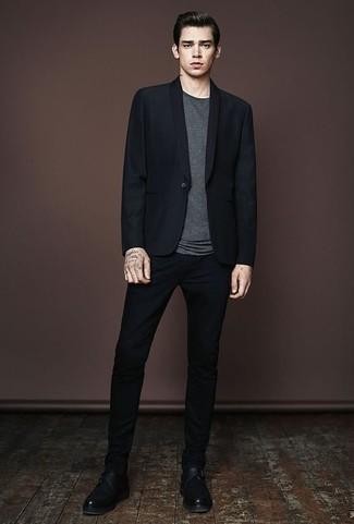 Cómo combinar un blazer negro: Haz de un blazer negro y un pantalón chino negro tu atuendo para un lindo look para el trabajo. ¿Te sientes valiente? Opta por un par de zapatos con hebilla de cuero negros.