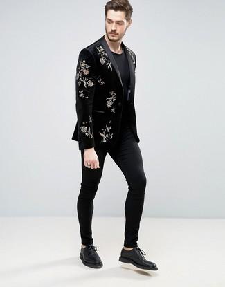 Cómo combinar: blazer de terciopelo bordado negro, camiseta con cuello circular negra, pantalón chino negro, zapatos derby de cuero negros