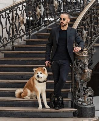 Look de moda: Blazer negro, Camiseta con cuello circular negra, Vaqueros pitillo negros, Botas casual de cuero negras