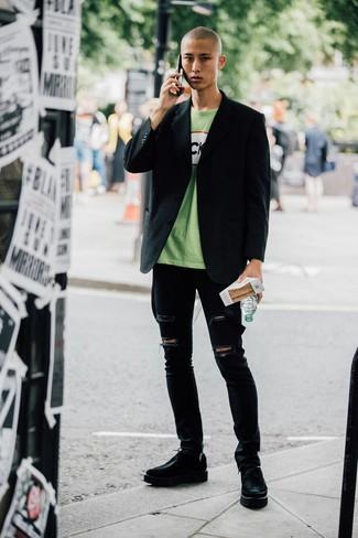 Cómo combinar: blazer negro, camiseta con cuello circular estampada verde, vaqueros pitillo desgastados negros, zapatos derby de cuero gruesos negros