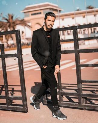 Look de moda: Blazer negro, Camiseta de manga larga negra, Pantalón chino negro, Zapatillas altas en gris oscuro