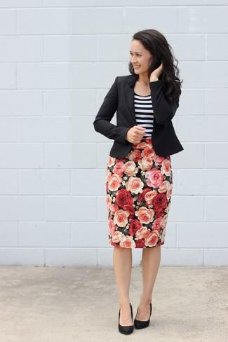 Look de moda: Blazer negro, Camiseta sin manga de rayas horizontales en blanco y negro, Falda lápiz con print de flores negra, Zapatos de tacón de ante negros