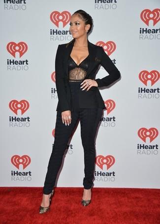 Look de Jennifer Lopez: Blazer Negro, Camiseta sin Manga de Encaje Negra, Pantalones Pitillo Negros, Zapatos de Tacón de Encaje Negros