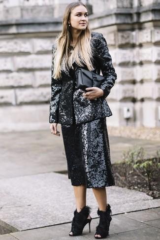Cómo combinar un blazer de lentejuelas en negro y blanco: Intenta combinar un blazer de lentejuelas en negro y blanco con una falda pantalón de lentejuelas negra para una vestimenta cómoda que queda muy bien junta. Sandalias de tacón de pelo negras son una opción perfecta para complementar tu atuendo.