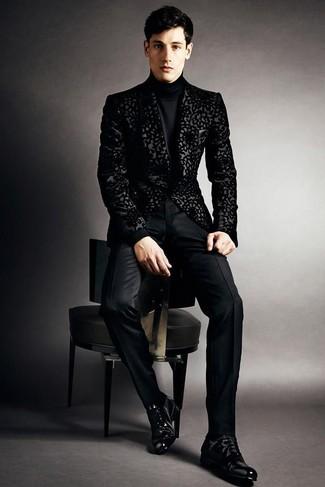 Cómo combinar un blazer de brocado negro: Emparejar un blazer de brocado negro junto a un pantalón de vestir negro es una opción excelente para una apariencia clásica y refinada. Zapatos oxford de cuero negros son una opción muy buena para completar este atuendo.