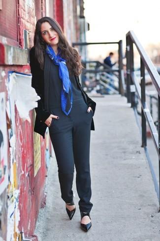 Equípate un blazer de terciopelo negro de mujeres de Gucci con un mono negro para cualquier sorpresa que haya en el día. Complementa tu atuendo con zapatos de tacón de cuero negros para mostrar tu lado fashionista.