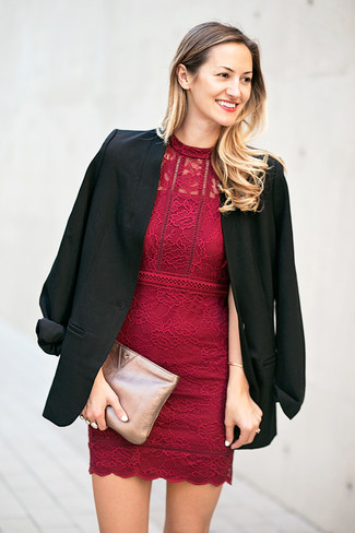 Cómo combinar: blazer negro, vestido ajustado de encaje burdeos, cartera sobre de cuero plateada