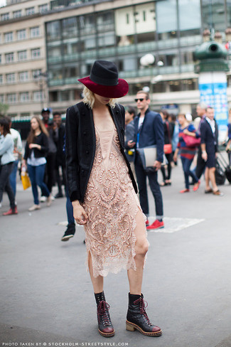 Cómo combinar un blazer de lana negro: Opta por un blazer de lana negro y un vestido ajustado de encaje en beige para conseguir una apariencia relajada pero chic. Botas planas con cordones de cuero negras darán un toque desenfadado al conjunto.