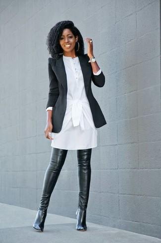 Cómo combinar: blazer negro, vestido camisa blanca, botas sobre la rodilla de cuero negras, reloj plateado