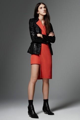 Cómo combinar: blazer de lentejuelas negro, vestido de esmoquin rojo, botines de cuero negros, calcetines negros