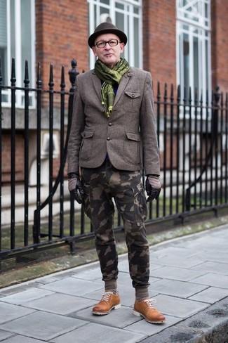 Cómo combinar: blazer de lana verde oliva, pantalón cargo de camuflaje verde oliva, zapatos derby de ante en tabaco, sombrero de lana en marrón oscuro