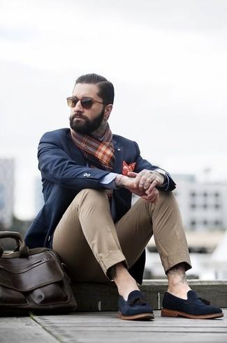 Cómo combinar: blazer azul marino, pantalón chino marrón claro, mocasín con borlas de ante azul marino, bolso mensajero de cuero en marrón oscuro