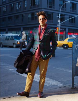 Cómo combinar un blazer de tartán azul marino en primavera 2020: Opta por un blazer de tartán azul marino y un pantalón chino en tabaco para el after office. Con el calzado, sé más clásico y complementa tu atuendo con mocasín de cuero burdeos. ¿Buscas un atuendo primaveral? No tiene que buscar  más : este es el atuendo perfecto.