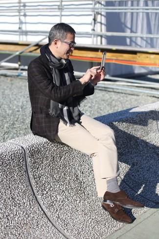 Cómo combinar: blazer de lana a cuadros en marrón oscuro, pantalón chino en beige, zapatos con doble hebilla de ante en marrón oscuro, bufanda en gris oscuro