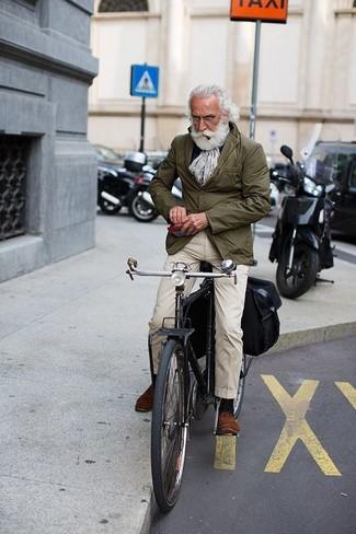 Cómo combinar: blazer de algodón verde oliva, pantalón chino en beige, zapatos derby de ante marrónes, bufanda estampada gris
