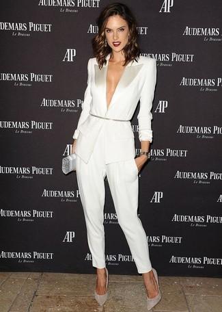 Cómo combinar: blazer blanco, pantalón de pinzas blanco, zapatos de tacón de ante grises, cartera sobre plateada
