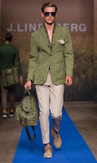 Cómo combinar: blazer verde oliva, pantalón de vestir marrón claro, botas safari de ante marrón claro, bolso baúl de lona verde oliva
