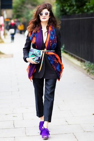 Cómo combinar: blazer negro, pantalón de vestir negro, chinelas de ante en violeta, cartera sobre de cuero estampada en multicolor