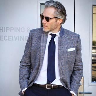 Cómo combinar: blazer de tartán gris, pantalón de vestir azul marino, corbata azul marino, pañuelo de bolsillo blanco