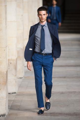 Cómo combinar: blazer azul marino, pantalón de vestir azul, mocasín de cuero azul marino, corbata de cuadro vichy azul marino
