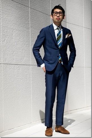 Cómo combinar: blazer azul marino, pantalón de vestir azul marino, zapatos con doble hebilla de ante marrónes, corbata de rayas verticales azul