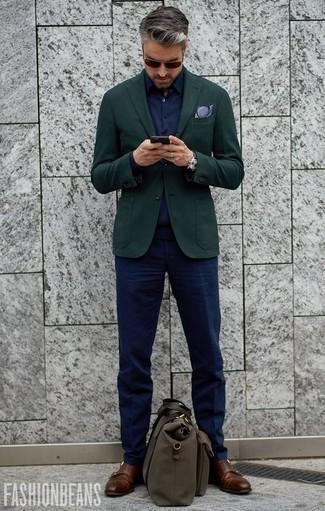 Cómo combinar un pañuelo de bolsillo en blanco y azul marino: Un blazer verde oscuro y un pañuelo de bolsillo en blanco y azul marino son una gran fórmula de vestimenta para tener en tu clóset. Zapatos con doble hebilla de cuero marrónes proporcionarán una estética clásica al conjunto.
